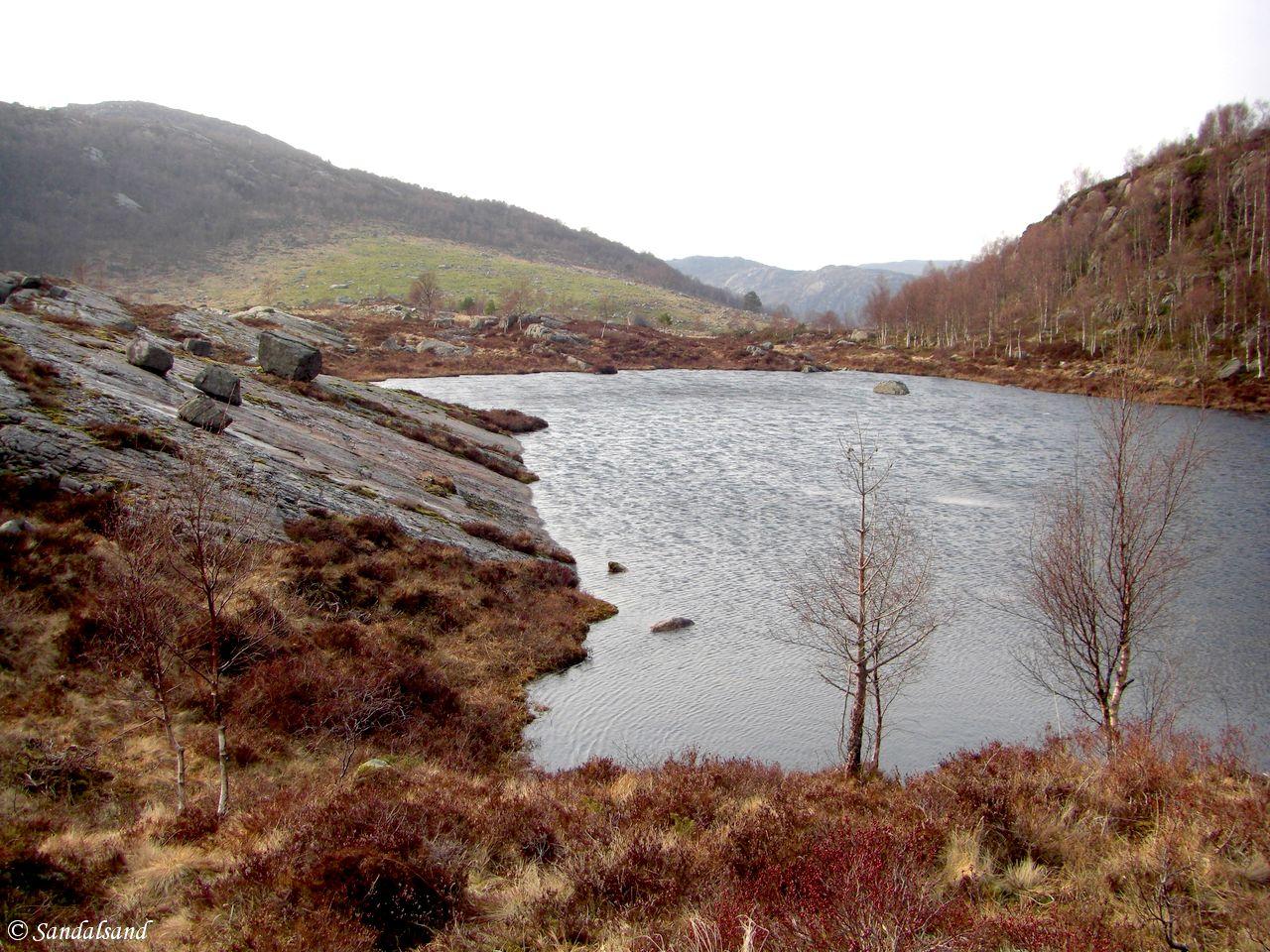 Rogaland - Bjerkreim - Faureknuten - Tjernet ved P-plass med Nonsfjell i bakgrunnen