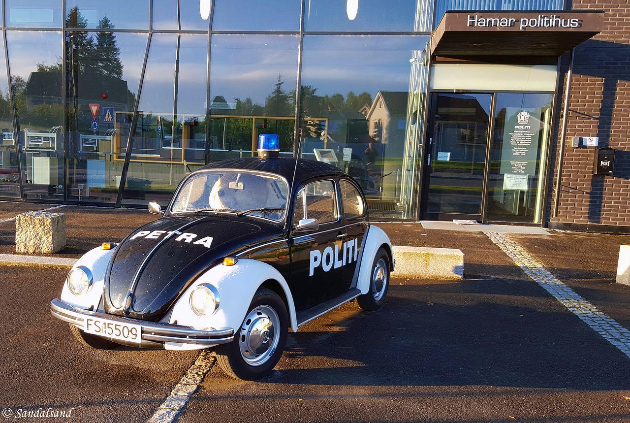 Hedmark - Hamar - Petra politibil foran politihuset