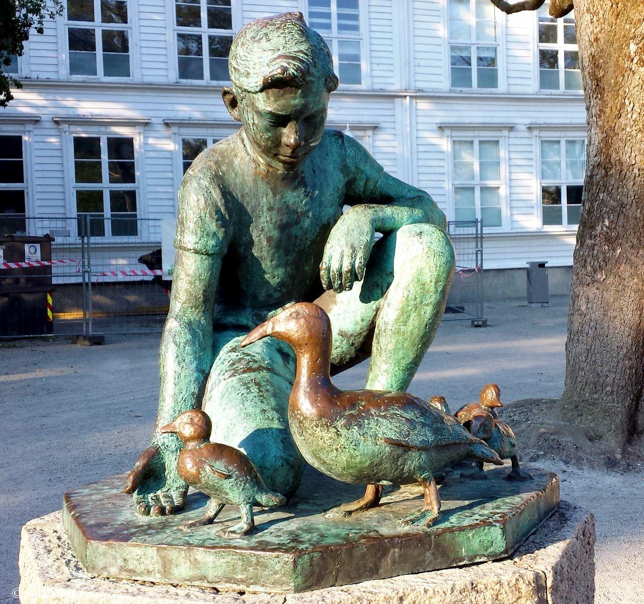 Norway - Rogaland - Stavanger - Statuen Andemor ved Breiavatnet