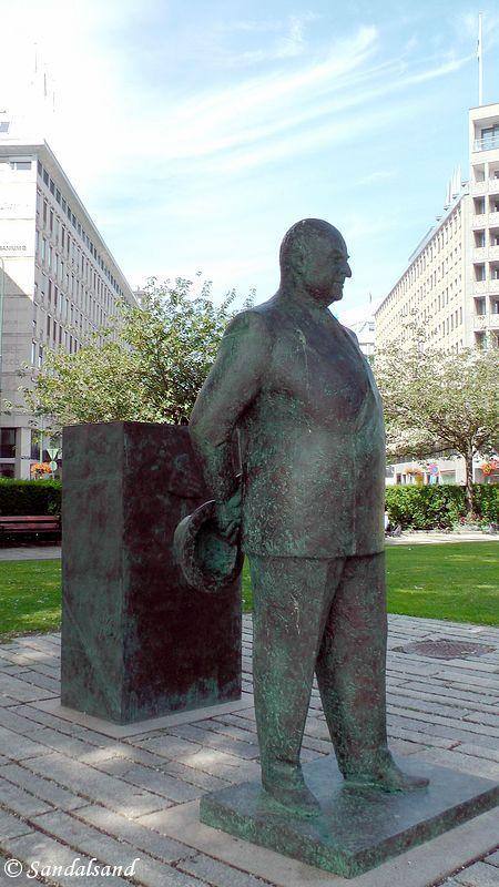 Oslo - Skulptur - Kong Olav V, ved Rådhuset (Olav Orud, 2015)
