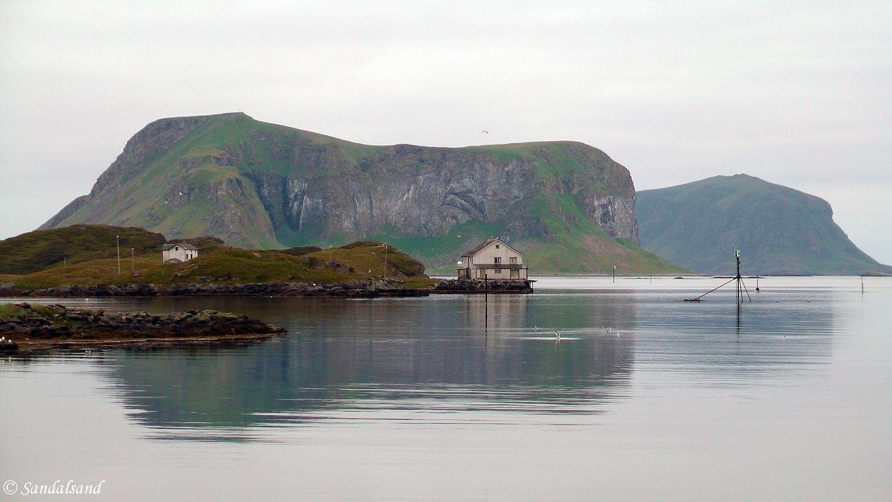 Nordland - Røst - Utsikt fra Røstlandet mot Vedøya og Storfjellet lengst bak