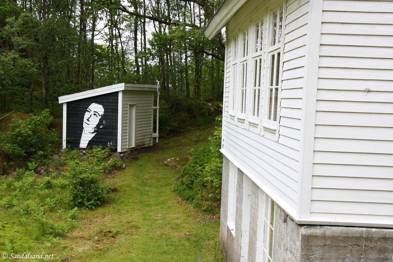 Rogaland - Tysvær - Borgøy - Bedehuset med Lars Hertervigs portrett på uthuset