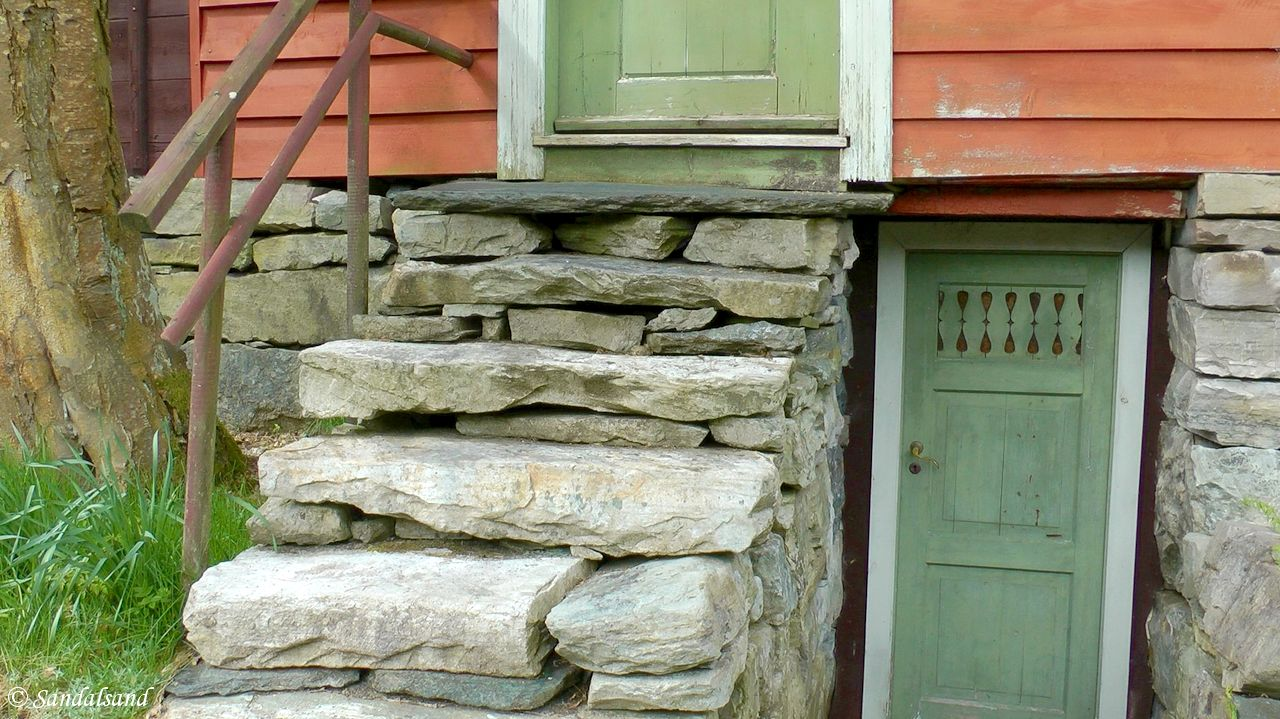 Agatunet building and stone steps